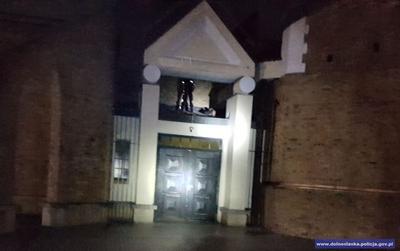 Zatrzymali złodzieja na dachu kościoła