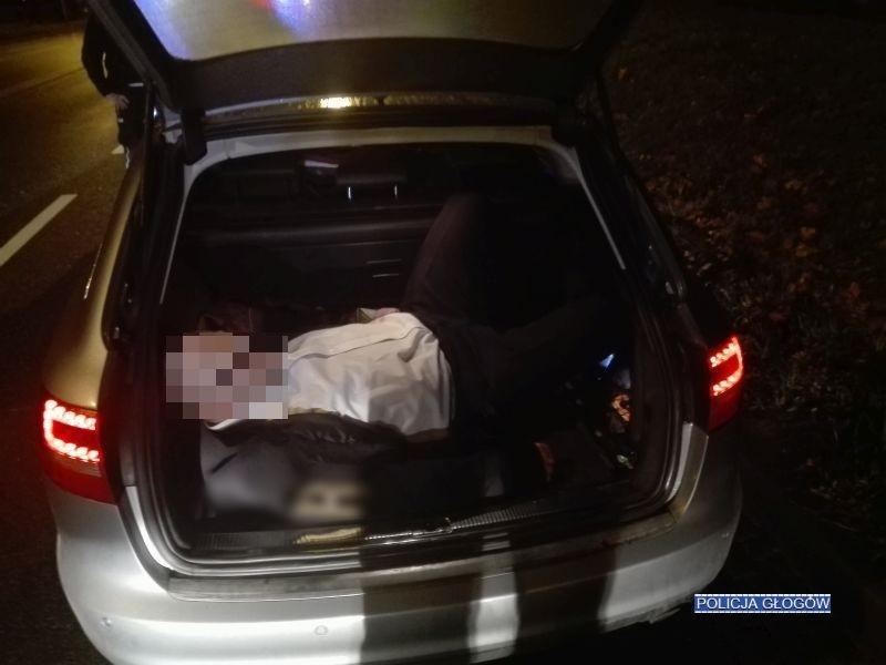 Kierowca był nietrzeźwy, a jeden zpasażerów spał... wbagażniku