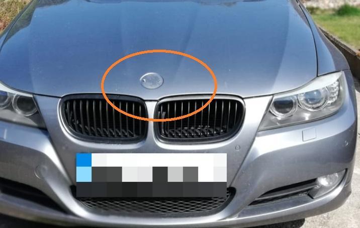 śrubokrętem urwała znaczek zpojazdu iporysowała karoserię