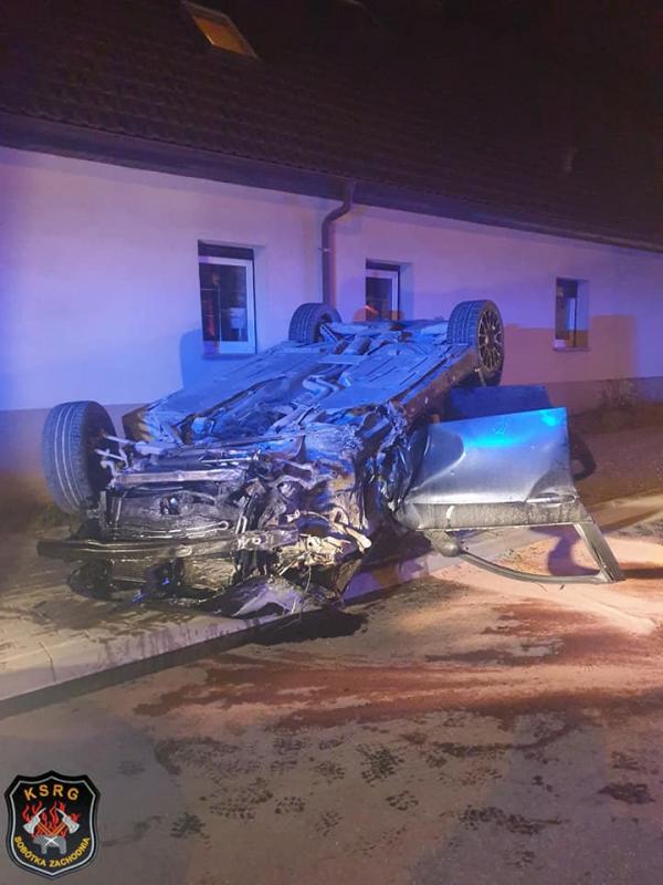 Samochód dachował wmieście